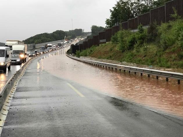 Der rechte Fahrstreifen der Autobahn ist komplett überlutet und nicht mehr befahrbar