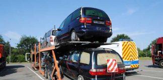 Mit Abfall beladener Autotransporter