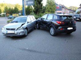 Der dunkle Wagen der Unfallverursacherin drehte sich nach dem ersten Zusammenstoß um den anderen PKW herum; die Fahrzeuge prallten ein zweites Mal zusammen.