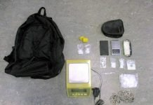 Bei den Durchsuchungen wurden diverse Betäubungsmittel und Utensilien für den Drogenhandel und Konsum sichergestellt.