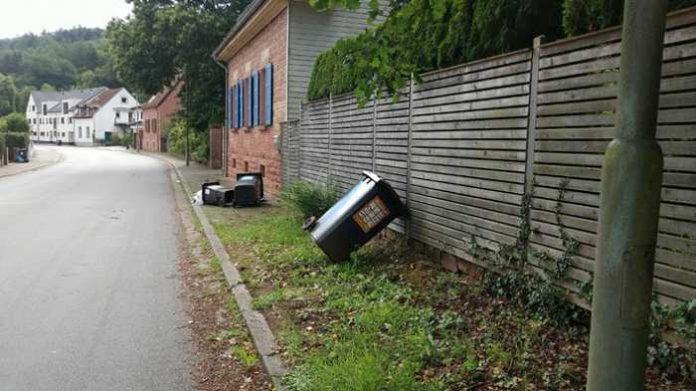 Vermutlich war der Unfallverursacher aufgrund nicht angepasster Geschwindigkeit mit seinem Auto von der Straße abgekommen und hatte die Abfallbehälter umgefahren