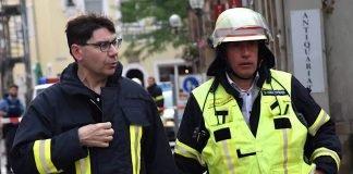 Oberbürgermeister Thomas Hirsch (l.), hier im Gespräch mit Stadtfeuerwehrinspekteur Dirk Hargesheimer, machte sich vor Ort ein Bild von der Einsatzlage. (Foto: Stadt Landau in der Pfalz)