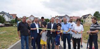 """Mit dem Durchschneiden eines Bandes haben Oberbürgermeister, Ortsvorsteher, Baudezernent und Bürger das Baugebiet """"Bühl-Wanne"""" eröffnet. (Foto: Stadtverwaltung Sinsheim)"""