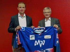 Daniel Hopp (Geschäftsführer Adler Mannheim, links) und Dr. Georg Müller (MVV-Vorstandschef) präsentieren gemeinsam das Heimtrikot der Saison 2018/19. (Foto: AS-Sportfoto / Sörli Binder)