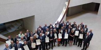 Minister Thomas Strobl mit den Empfängern der Breitbandförderbescheide (Foto: Innenministerium)