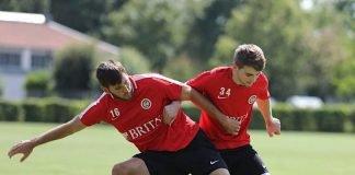 Mittendrin und voll dabei: U19-Spieler Giona Leibold (r.) im Zweikampf mit Niklas Dams (Foto: svww.de)