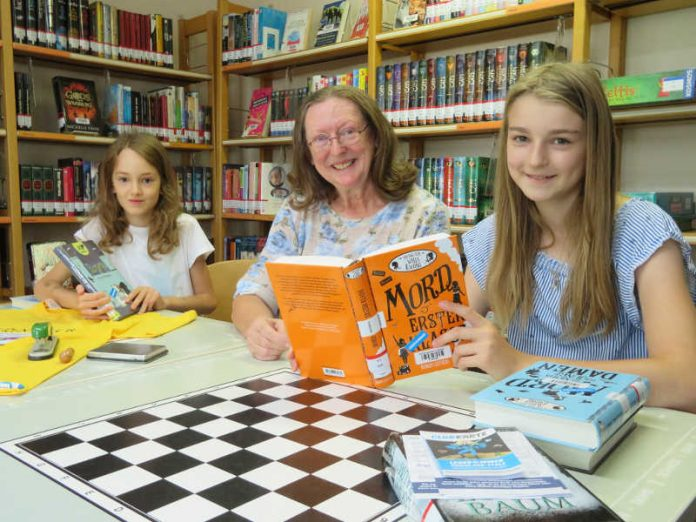 Lesesommerpatin Monika Scholz hat ein offenes Ohr für die Buchvorstellungen der teilnehmenden Kinder (Foto: Gemeindeverwaltung Haßloch)