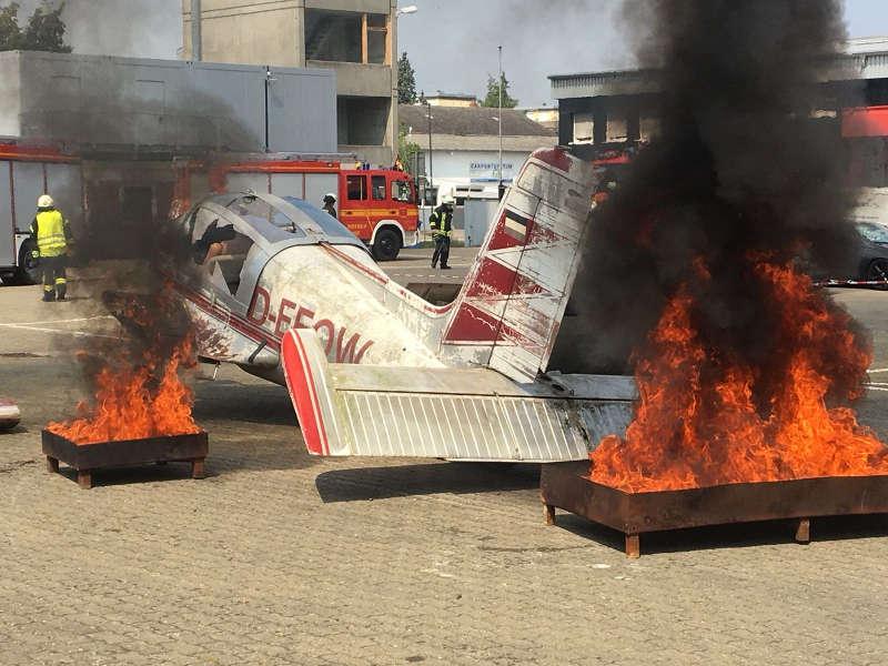 Das brennende Flugzeug (Foto: Feuerwehr Speyer)