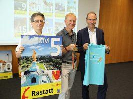 Norbert Wein, 1. Vorsitzender Marathon Karlsruhe e.V., Fried-Jürgen Bachl und Carsten Pfläging freuen sich auf den 36. Fiducia & GAD Baden-Marathon. (Foto: Fiducia & GAD IT AG)