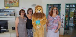 Das Team der Stadtbibliothek mit dem Leselöwen: Iris Schorb, Katharina Spörl und Nadine Seß (v.li.) (Foto: Stadt Rheinstetten)