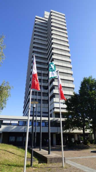 Stadt zeigt Flagge für den Frieden