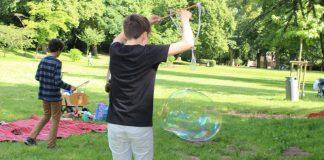 """Im """"Welcome Treff"""" des Kinderschutzbundes wird über Sommer jede Woche Freitag im Goethepark ein buntes Spieleprogramm geboten. (Copyright: DKSB)"""