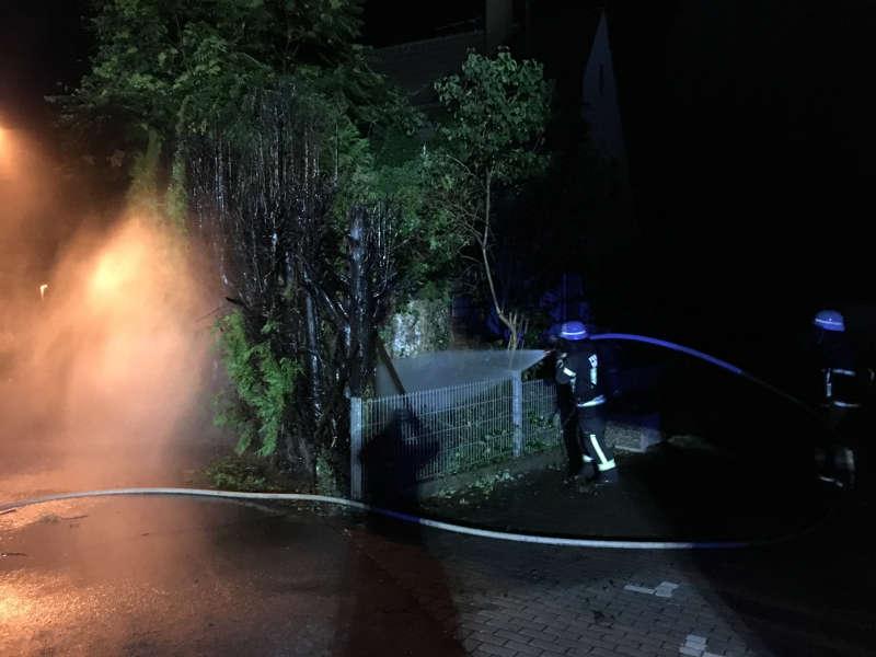 Die Feuerwehr sicherte die Einsatzstelle ab und löschte den Brand mit einem C-Rohr und 4 Einsatzkräften unter Atemschutz ab. (Foto:  Feuerwehr Dossenheim)