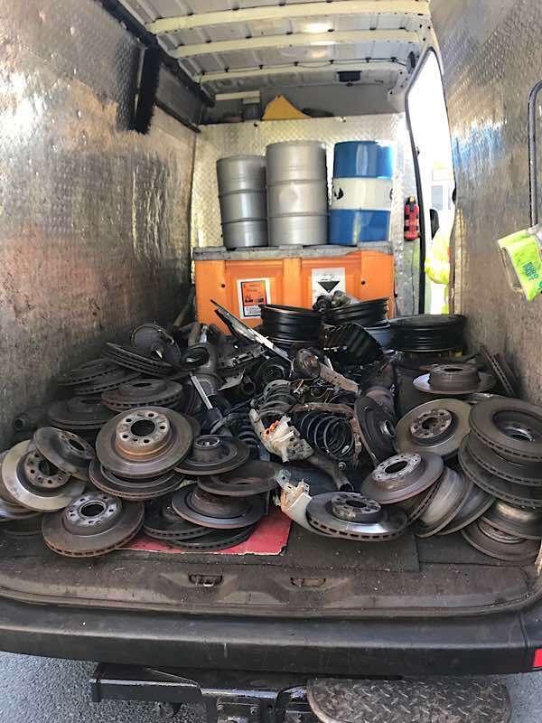 Nutzfahrzeugkontrolle der Verkehrspolizei: Mangelhafte Ladungssicherung auf der Ladefläche eines Transporters (Foto: Stadt Frankfurt)
