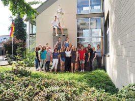 Schülerinnen und Schüler des Karolinen-Gymnasiums mit den Verantwortlichen des Erlenbert-Museums sowie betreuenden Lehrkräften. (Foto: Erkenbert-Museum Frankenthal)