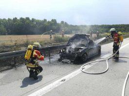 Der PKW brannte komplett aus - Die Feuerwehr im Einsatz