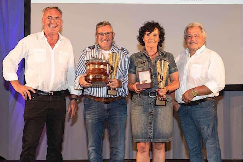 Vorsitzender Günther Bolich (l.) und Sportleiter Jürgen Fabry (r.) vom ADAC Nordbaden gratulierten Willy und Christa Eisinger zum ersten Platz in der Gesamtwertung. (Foto: ADAC/Luca Siermann)
