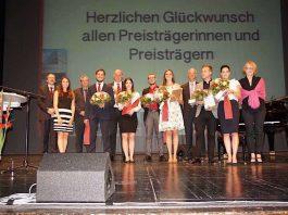 Die diesjährigen Preisträgerinnen und Preisträger zusammen mit Ihrer Preisverleiherinnen und Preisverleihern. (Foto: Hochschule Ludwigshafen)