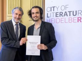 Bürgermeister Dr. Joachim Gerner überreichte Philipp Stadelmaier (rechts) die Urkunde zum Brentano-Preis. (Foto: Philipp Rothe)