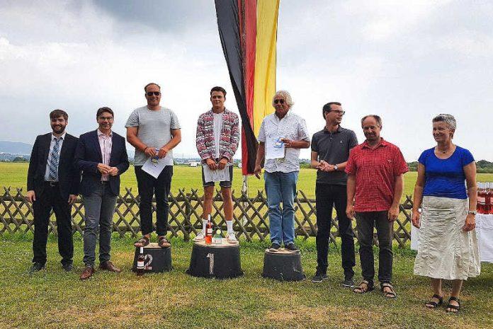 Als Schirmherr nahm Oberbürgermeister Thomas Hirsch (2.v.l.) an der Siegerehrung der Segelflug-Qualifikationsmeisterschaften teil und beglückwünschte die Gewinner zu deren tollen sportlichen Leistungen. (Foto: Stadt Landau in der Pfalz)