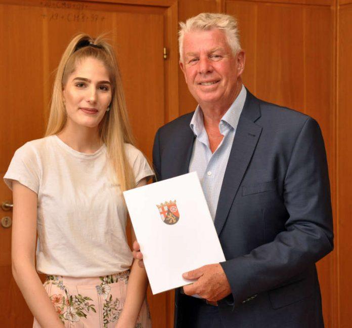 Oberbürgermeister Michael Kissel freut sich über die Spitzenleistungen der Jahrgangsbesten Kerstin Schneider. (Foto: Stadtverwaltung Worms)