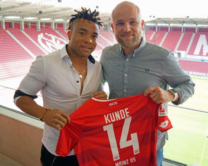 Kunde Malong Pierre und 05-Sportvorstand Rouven Schröder (Foto: twitter.com/1fsvmainz05)