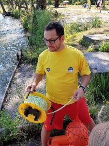 "DLRG-Ausbilder Alvarez beim Kurs ""Sicher am See"" (Foto: DLRG OG Frankenthal)"