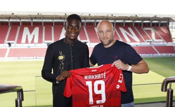 Moussa Niakhaté und Sportvorstand Rouven Schröder (Foto: Mainz 05)