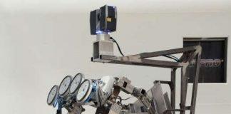 Der am TMB und IPR des KIT entwickelte Manipulator misst die radioaktive Belastung von Oberflächen, dekontaminiert sie und misst dann erneut, sodass die belasteten Areale schließlich freigegeben werden können. (Foto: Patrick Kern, KIT)
