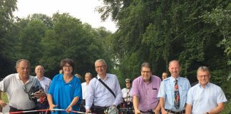 Der Radweg zwischen Obergromabch und Helmsheim wurde freigegeben. Mit dabei waren Oberbürgermeisterin Cornelia Petzold-Schick (2. v.l.), Landrat Dr. Christoph Schnaudigel (3. v.l.), MdL Dr. Rainer Balzer (2. v.r.) und MdL Ulli Hockenberger (1. v.r.). (Foto: Landratsamt Karlsruhe)