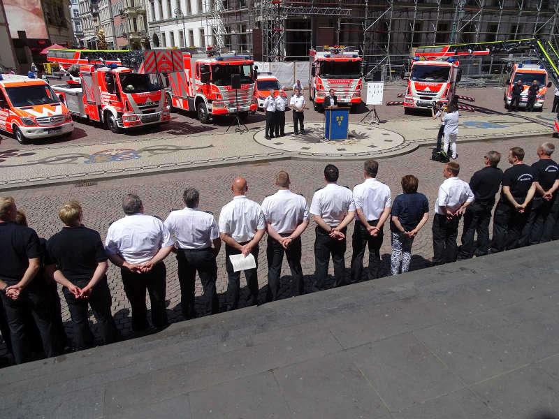 Fahrzeugübergabe auf dem Schlossplatz (Foto: Feuerwehr Wiesbaden)
