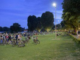 Die beliebte Heidelberger Neckarwiese ist seit 13. Juli 2018 aus Sicherheitsgründen besser beleuchtet. Im Bild sind rechts auf der Wiese die neuen Laternenmasten zu sehen. (Foto: Philipp Rothe)