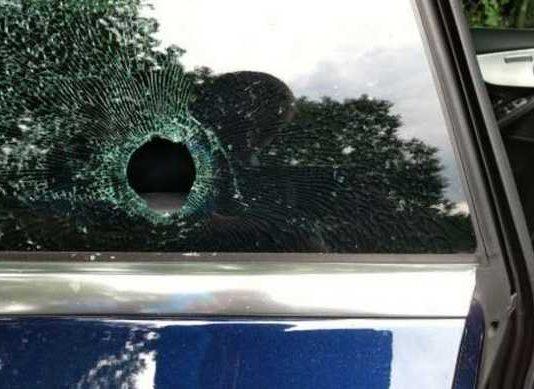 Auto vermutlich mit Zwille beschossen