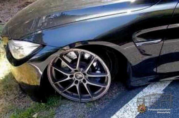 """Weil der BMW in einer Kurve nach außen """"getragen"""" wurde, verlor der Fahrer die Kontrolle und kam teilweise von der Fahrbahn ab. Dabei wurde an einem Vorderrad auch das Reifengummi abgezogen, so dass die Felgen auf dem Straßenbelag Spuren hinterließen"""