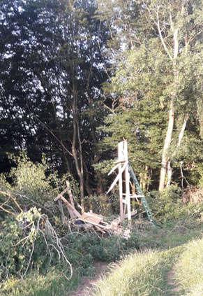 Beschädigter Hochsitz auf dem Moschelberg im Waldgebiet bei Waldfischbach-Burgalben (Foto: Polizei RLP)