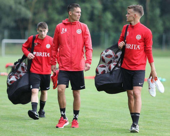 Zurückgekämpft und wieder voll dabei: Jeremias Lorch (m.) mit seinem Zimmerpartner Nicklas Shipnoski (r.) und U19-Spieler Giona Leibold. (Foto: svww.de)