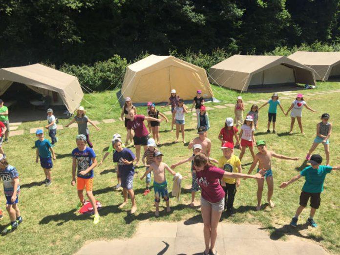 Mit einem gemeinsam einstudierten Tanz begrüßten die Mädchen und Jungen, die beim Zeltlager des Landkreises in Nieder-Wiesen mit dabei sind, die Gäste. (Foto: Simone Stier)