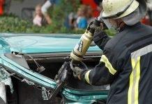 """Einer der vielen Programmpunkte war die Übung """"Retten von Verletzten aus einem PKW"""". Hier ein Feuerwehrmann beim Einsatz der Rettungsschere. (Foto: Holger Knecht)"""