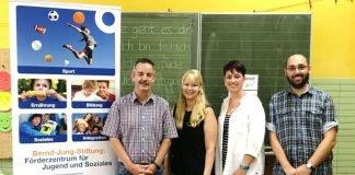 v.l.: Harald Stark (Geschäftsführer Bernd-Jung-Stiftung), Anna Urnauer, Tina Linder (beide Förderlehrerinnen an der Rheinschule) und Rektor Andreas Mock freuen sich über eine nachhaltige Zusammenarbeit. (Foto: Bernd-Jung-Stiftung)
