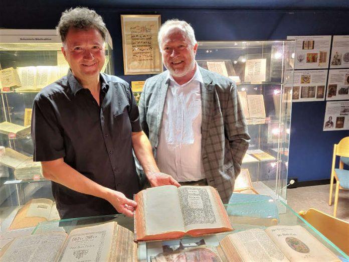 Übergabe der Neustadter Bibel 1587/88 an Museumsleiter Michael Landgraf am 23. August 2018 durch Dr. David Trobisch vom Museum of the Bible in Washington D.C. (Foto: Michael Landgraf)