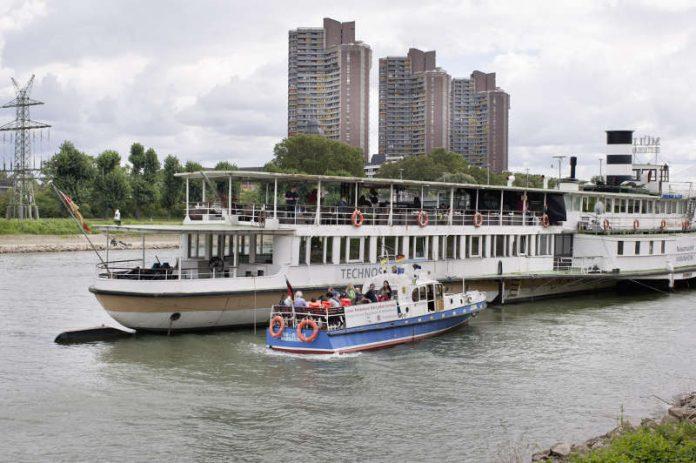 Museumsschiff und Polizeiboot (Foto: TECHNOSEUM, Klaus Luginsland)