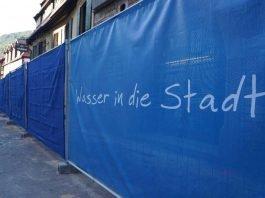 Wasser in die Stadt Bauzaun (Foto: Holger Knecht)