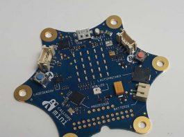 """Kleines Board mit großer Wirkung: Nur sieben mal acht Zentimeter ist der Computerzwerg """"Calliope mini"""" groß, mit dessen Hilfe Grundschulkinder spielerisch in die Grundkenntnisse des Programmierens eingeführt werden. (Foto: Norbert Sternemann)"""