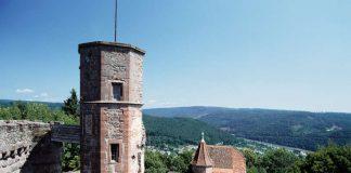 Blick von der Burgruine zum Treppenturm über das Kommandantenhaus ins Neckartar (Foto: Arnim Weischer/SSG-Pressebild)