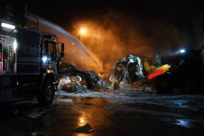 Einsatz der Feuerwehr in einem Entsorgungsbetrieb in der Innenstadt