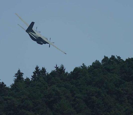 Das tief fliegende Militärflugzeug (Foto: Holger Knecht)