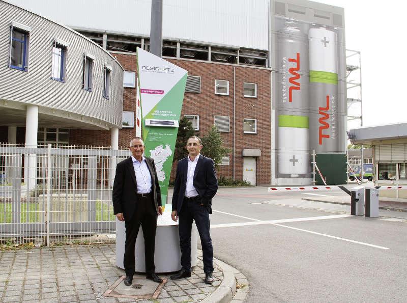 Thomas Mösl (links im Bild), Technischer Vorstand von TWL, und Zoltan Meszaros (rechts im Bild), Bereichsleiter Infrastruktur bei TWL, vor der neuen interaktiven Stele in der Industriestraße (Bildquelle: TWL)