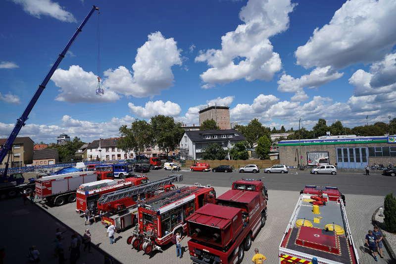 Feuerwehr- und THW-Fahrzeuge