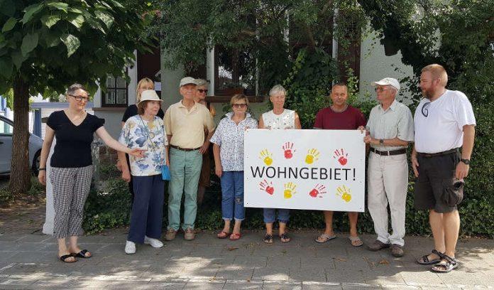 ie Anwohner der Lambsheimer Straße wollen mit Schildern die Autofahrer daran erinnern, dass sie durch ein Wohngebiet fahren. (Foto: Aktionsbündnis)