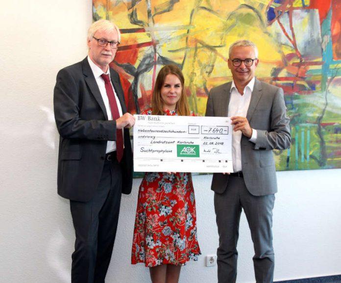 Über den von Geschäftsführer Harald Röcker (Bild links) mitgebrachten Scheck für Projekte in der Suchtprävention freuten sich die Suchtbeauftragte Melanie Anthoni und Landrat Dr. Christoph Schnaudigel (Foto: Landratsamt Karlsruhe)